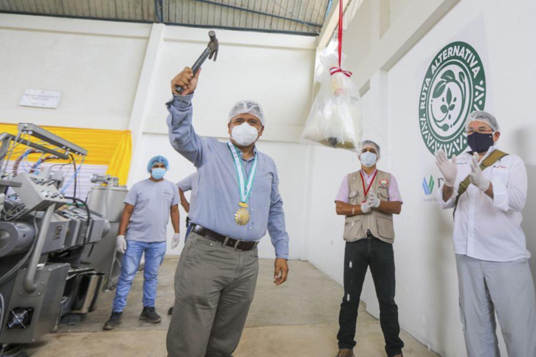 Con la finalidad de fortalecer el valor agregado a los granos de cacao, la Comisión Nacional para el Desarrollo y Vida sin Drogas (Devida) inició con la entrega de módulos de procesamiento de manteca de cacao y polvo de cacao a dos organizaciones productoras de la provincia de Leoncio Prado (Huánuco), en beneficio de 505 familias socias productoras. Foto: Devida