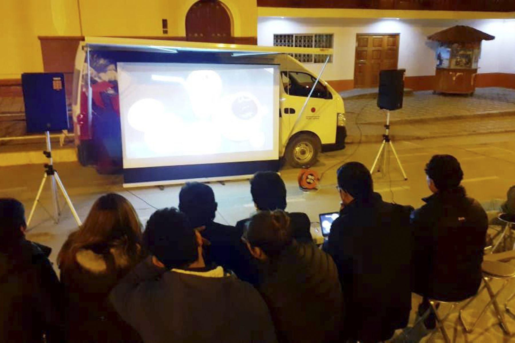Una unidad móvil equipada con un proyector, pantalla móvil, sistema de sonido, micrófono para la proyección de videos de los atractivos de Cajamarca. Foto: ANDINA/Difusión