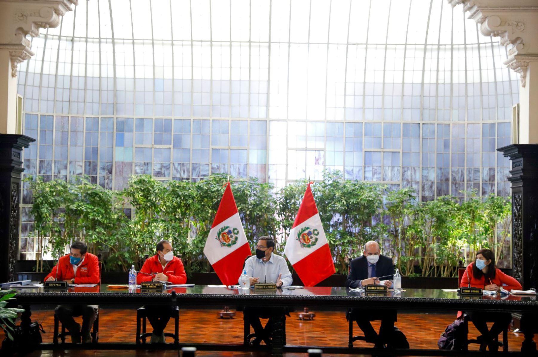 El presidente Martin Vizcarra, junto al titular de la PCM,  Walter Martos, evalúan medidas para hacer frente a la pandemia y continuar con la reactivación económica. Foto: ANDINA/Prensa Presidencia