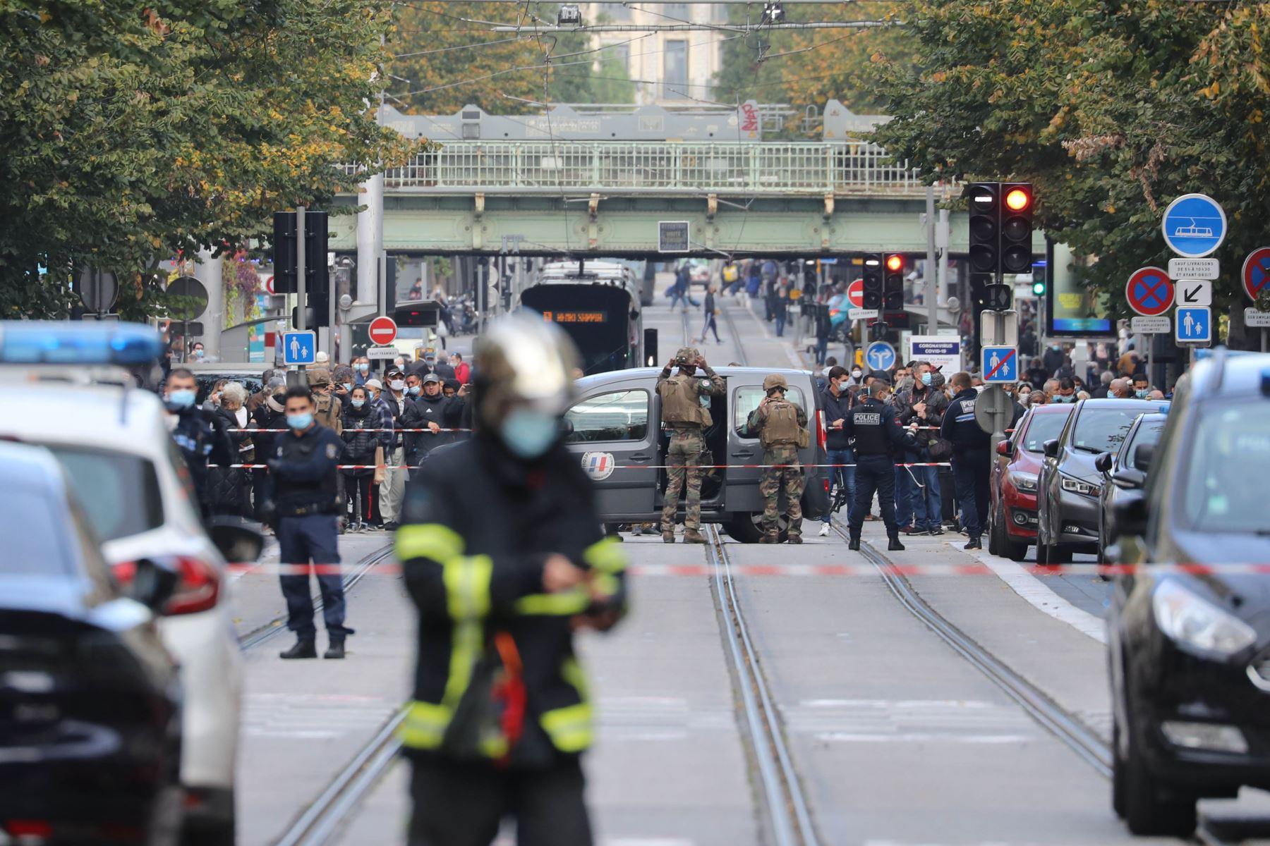 Miembros franceses de la unidad de policía táctica de élite RAID entran para registrar la Basílica de Notre-Dame de Nice mientras los agentes forenses esperan afuera después de un ataque con cuchillo. Foto: AFP