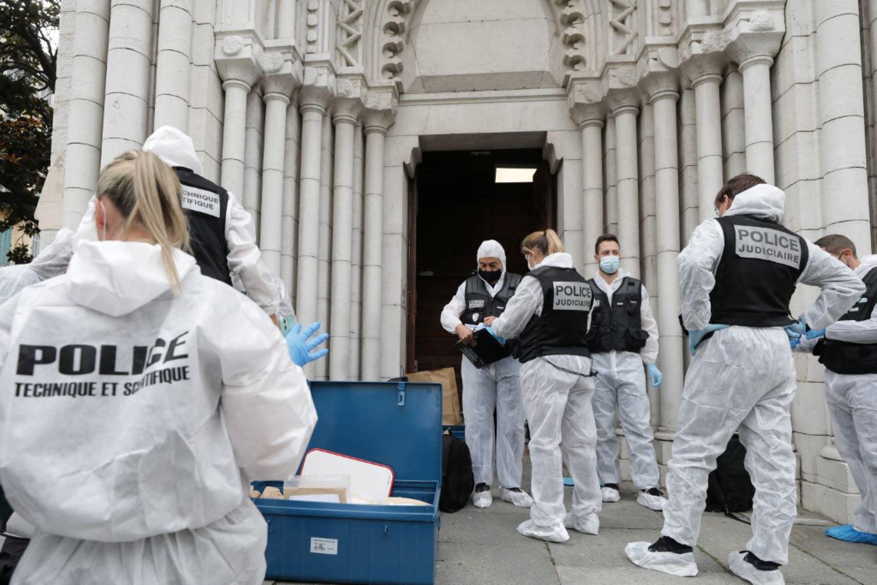 Agentes forenses franceses en la Basílica de Notre-Dame de Nice después de un ataque con cuchillo en Niza. Foto: AFP