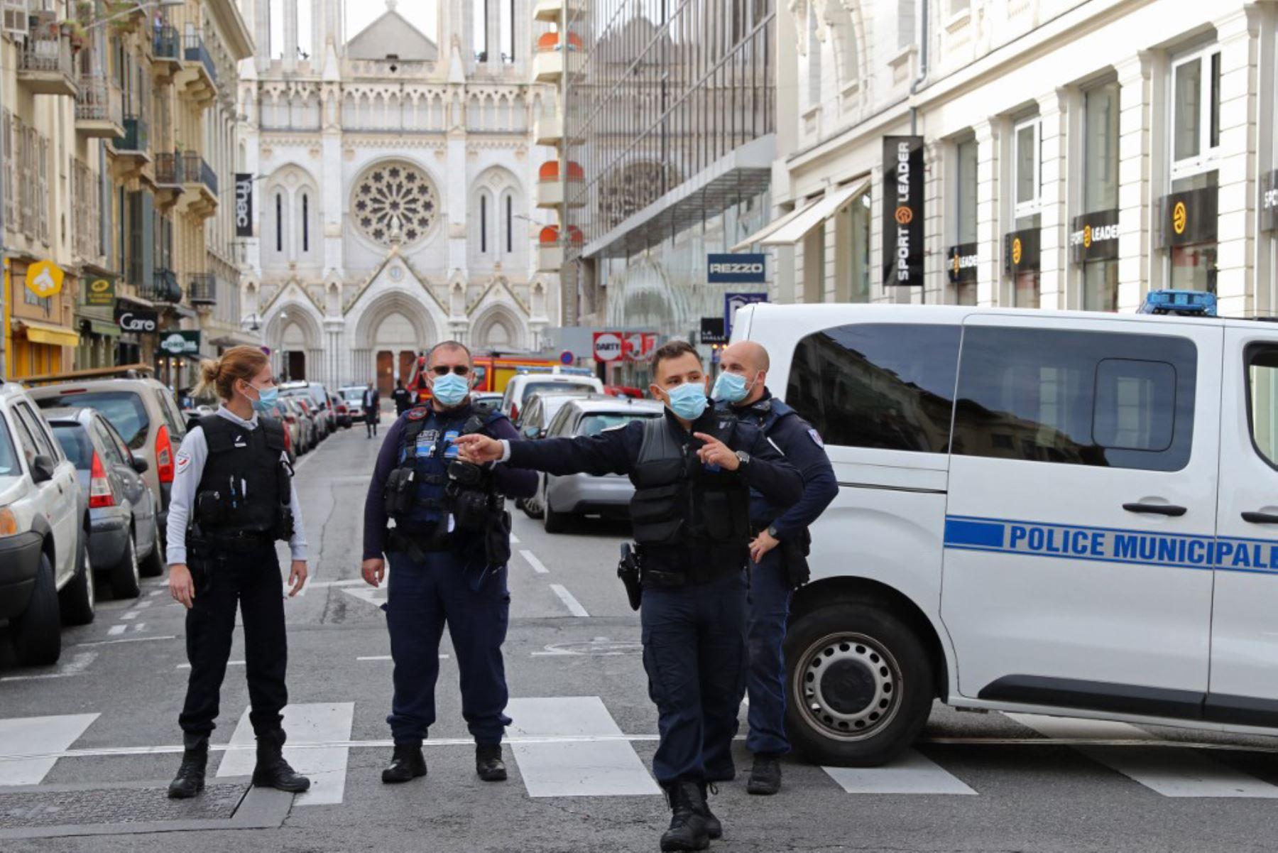 Policías franceses montan guardia en la calle que conduce a la Basílica de Notre-Dame de Nice después de un ataque con cuchillo en Niza. Foto: AFP