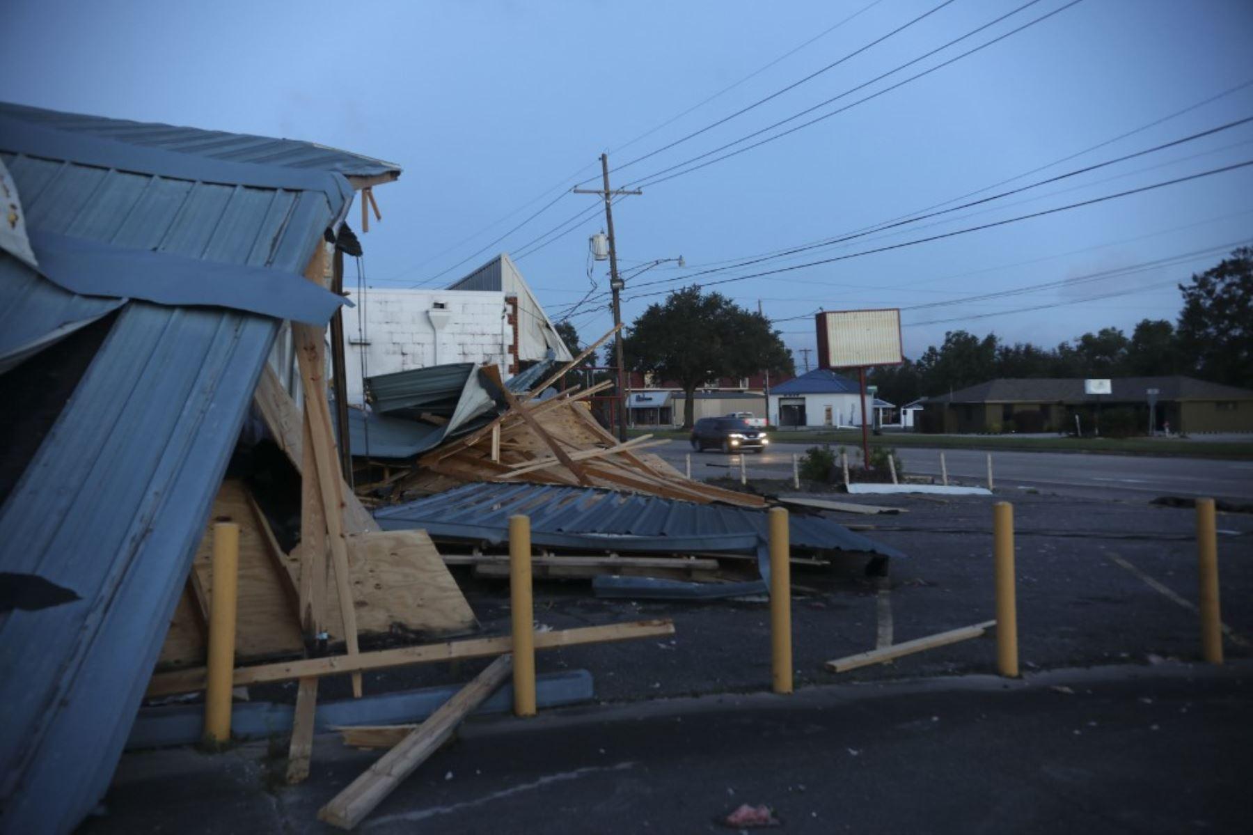 Los trabajadores limpian los escombros del huracán Zeta en la escuela secundaria St Bernard en St Bernard Luisiana.Foto:AFP
