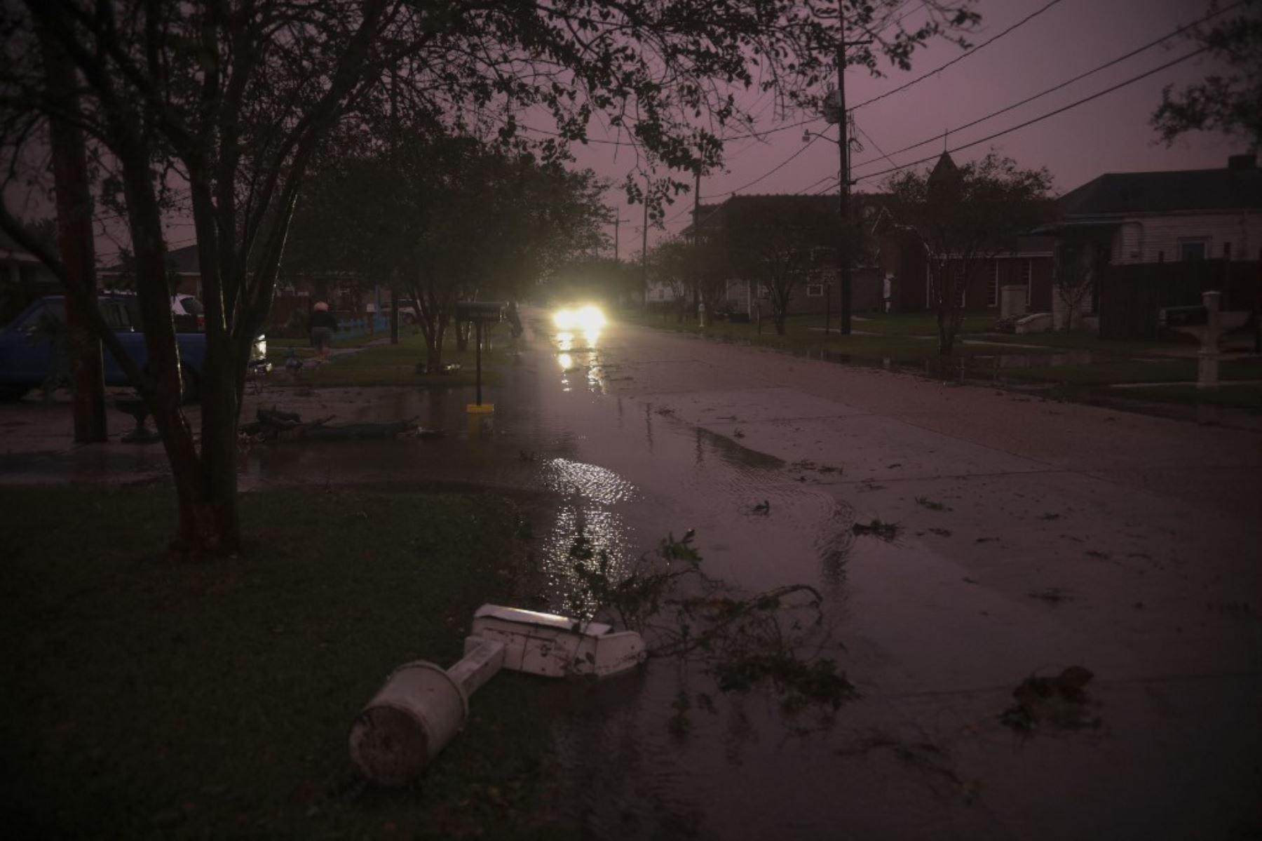 Escombros en las calles mientras el huracán Zeta, en Arabi. Un récord de siete huracanes ha golpeado la costa del Golf en Luisiana. Foto:AFP