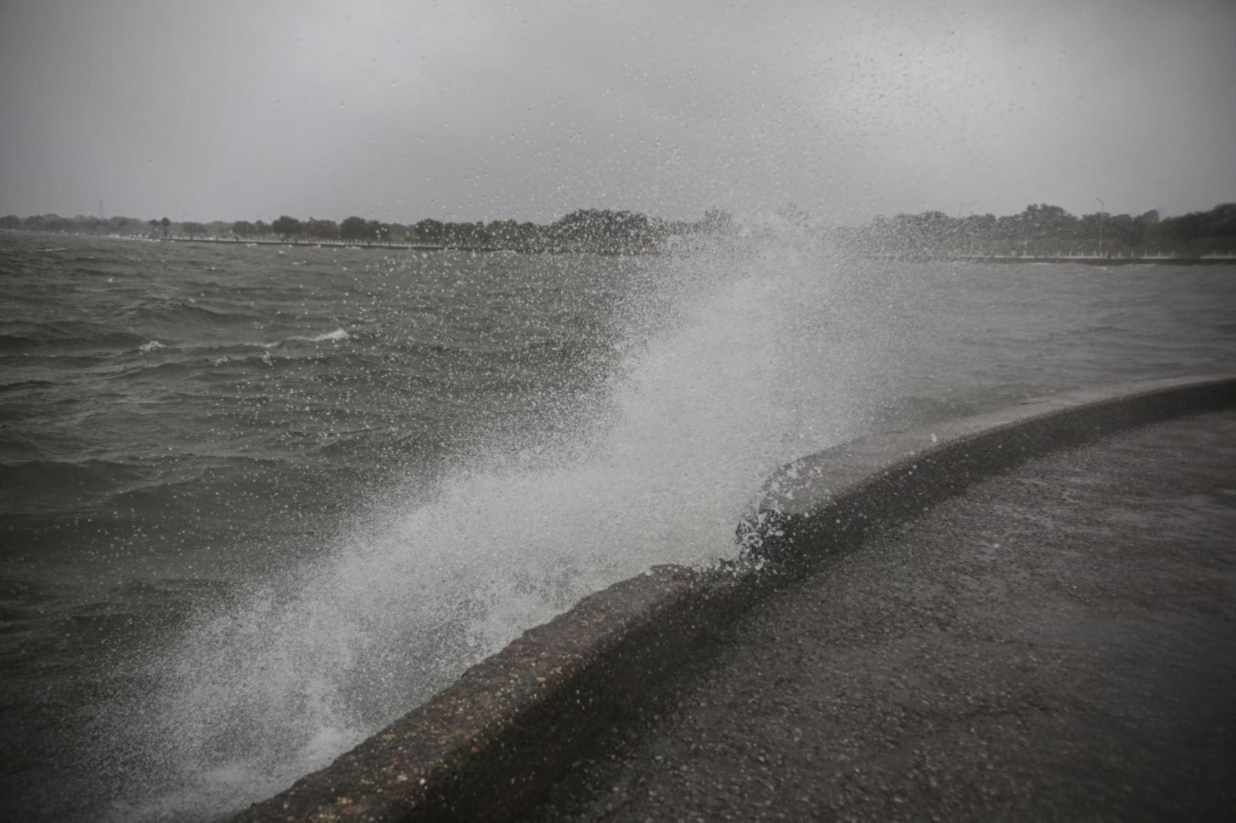 La marejada ciclónica golpea las orillas del lago Pontchartrain cuando el huracán Zeta toca tierra, en Nueva Orleans, Luisiana. Foto:AFP
