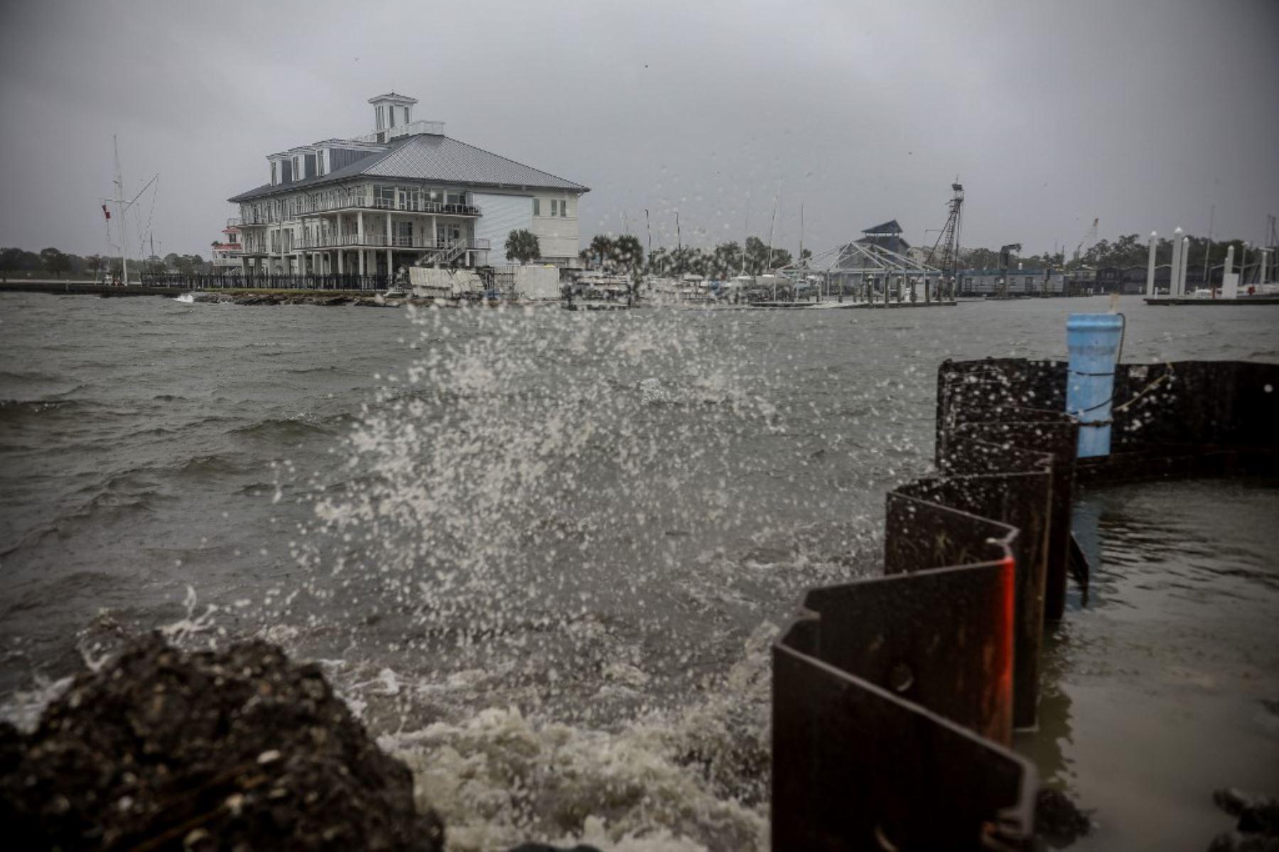 La marejada ciclónica golpea las orillas del lago Pontchartrain cuando el huracán Zeta toca tierra, en Nueva Orleans, Luisiana.Foto:AFP