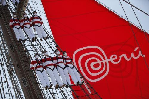 Izado de la bandera Marca Perú en el BAP Unión en Paracas