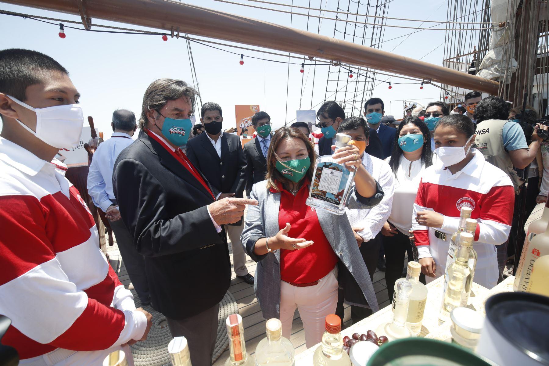 Productos que se exhiben en el BAP Unión, con el objetivo de promover un turismo responsable en Paracas. Foto: ANDINA/ Juan Carlos Guzmán