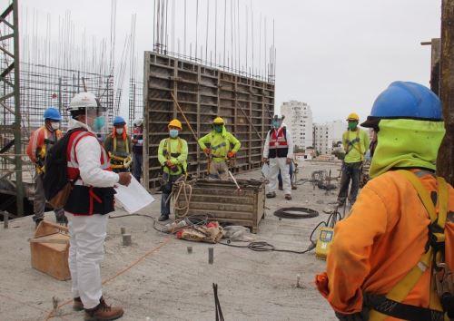 Inspectores de Sunafil salvan la vida a 21 trabajadores expuestos a riesgo de caída en un proyecto inmobiliario que se ejecuta en Trujillo. ANDINA/Difusión