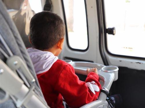 Noé, un niño de solo 4 años de edad, viaja a Lima para recibir atención médica. El menor pade de malformación en los dedos de las manos y pies, y otras enfermedades.