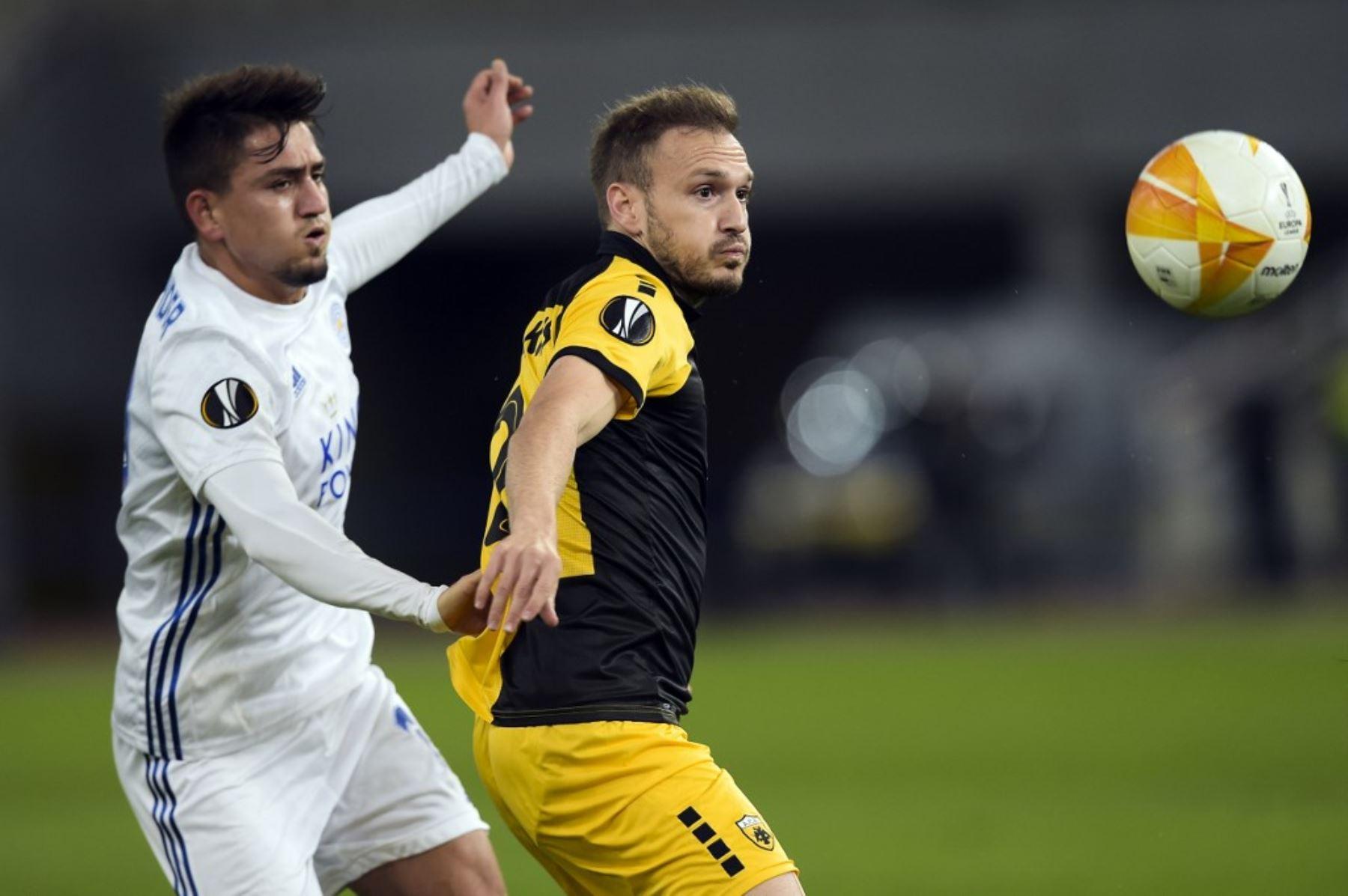 El jugador del AEK de Grecia, Stratos Svarnas, disputa el balón con Jamie Barney del Leicester por la Copa UEFA. Foto: AFP