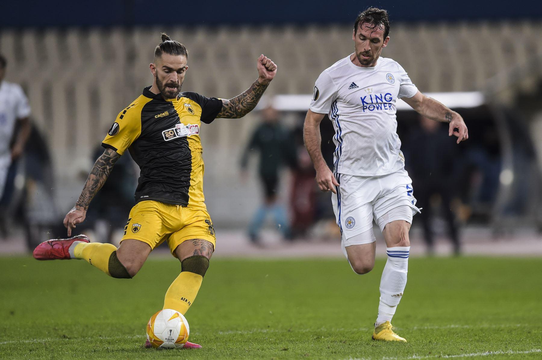 El delantero del AEK, Marko Livaka, disputa el balón con Christian Fuchs en el partido por la Copa UEFA entre el AEK Atenas y Leicester jugado en Atenas. Foto: AFP