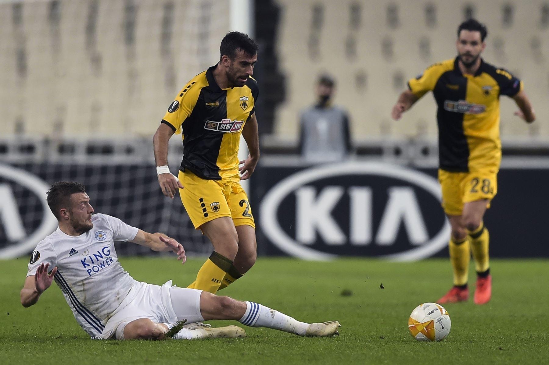 El jugador del AEK, Cengiz Under disputa el balón con Michalis Bakakis en el partido por la Copa UEFA entre el AEK Atenas y Leicester jugado en Atenas. Foto: AFP