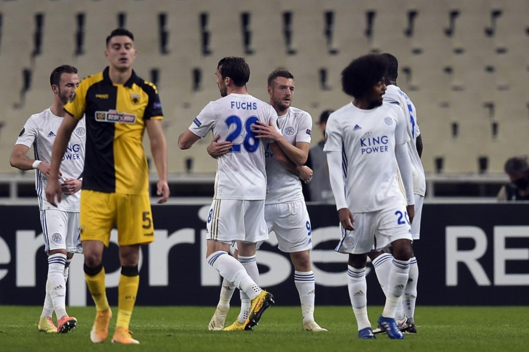 El delantero del a Leicester, Jamie Vardy, celebra con sus compañeros luego de anotar un gol ante el AEK