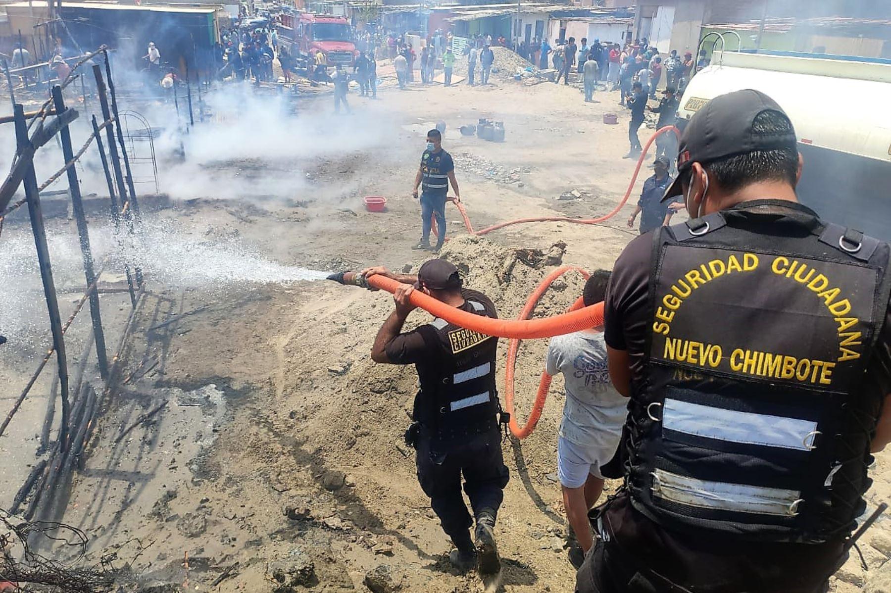 Varias viviendas destruidas dejó hoy un voraz incendio en el distrito de Nuevo Chimbote, en la zona costera de la región Áncash. ANDINA/Difusión