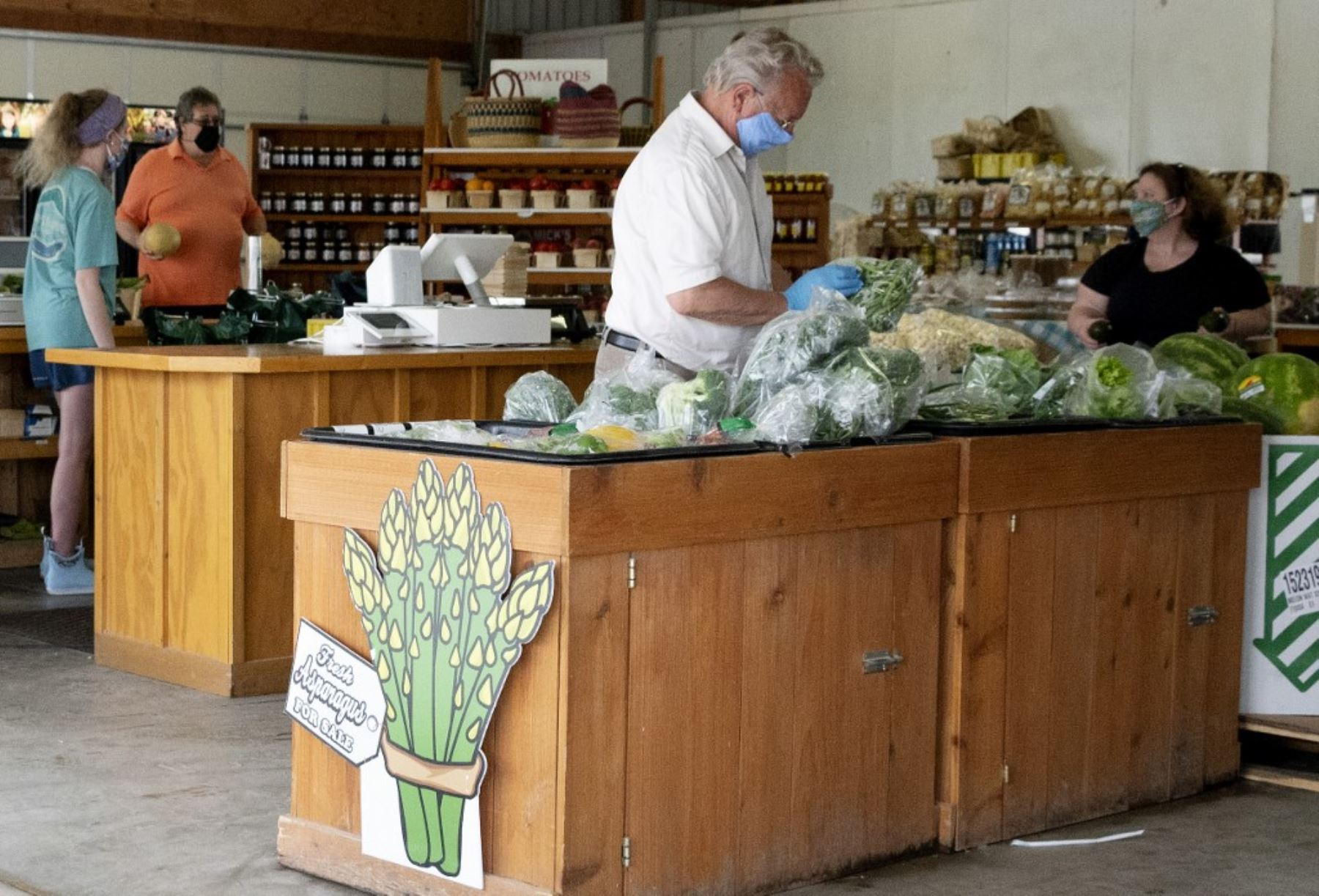 En esta foto de archivo tomada, los clientes compran productos locales en Godfrey