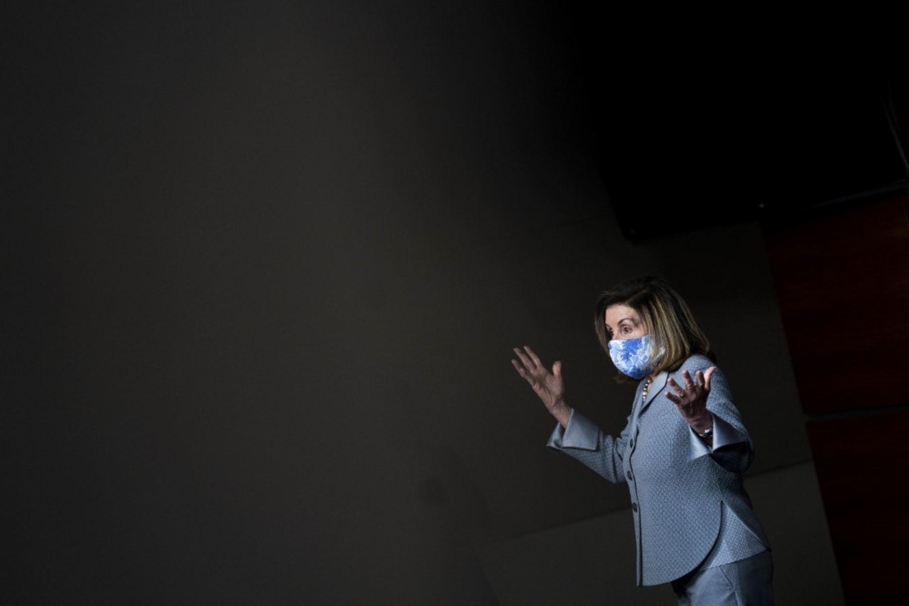 La presidenta de la Cámara de Representantes, Nancy Pelosi (D-CA), habla durante una conferencia de prensa en el Capitolio de los Estados Unidos. Foto: AFP
