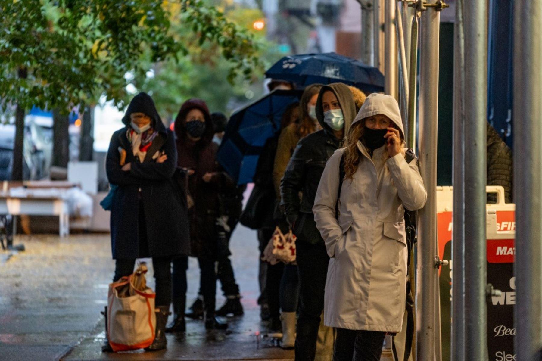 Las personas hacen fila fuera de CityMd para las pruebas de Covid-19 el 29 de octubre de 2020 en la ciudad de Nueva York. Foto: AFP