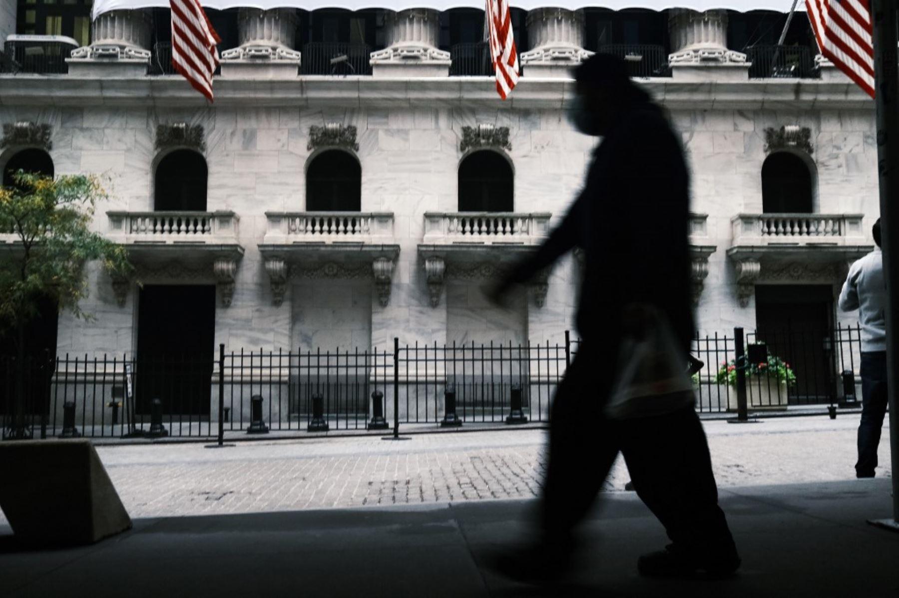 La gente camina por la Bolsa de Valores de Nueva York (NYSE) en el distrito financiero de Manhattan. Foto: AFP