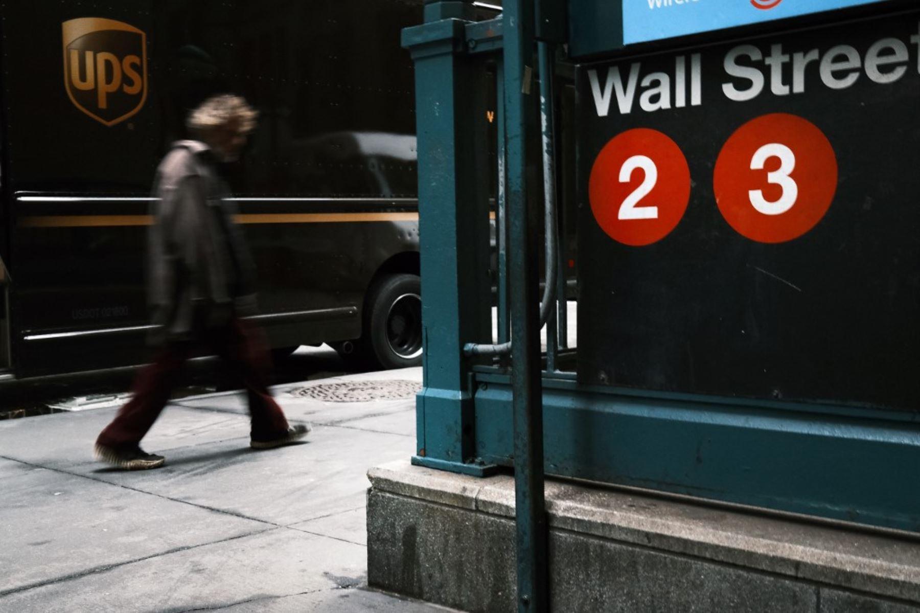La gente camina por Wall Street en el distrito financiero de Manhattan el 28 de octubre de 2020 en la ciudad de Nueva York. Foto: AFP