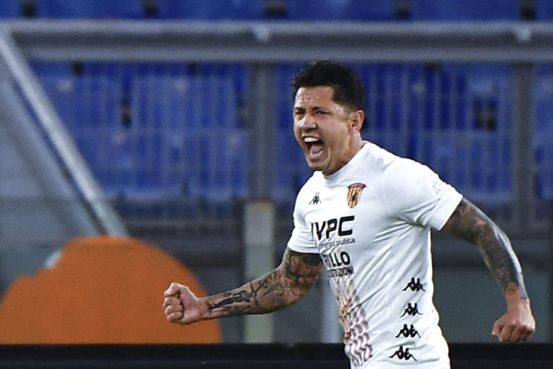 Aún no llegan al Perú los documentos que deberá evaluar el Reniec para otorgarle su DNI al jugador Gianluca Lapadula. Foto: AFP