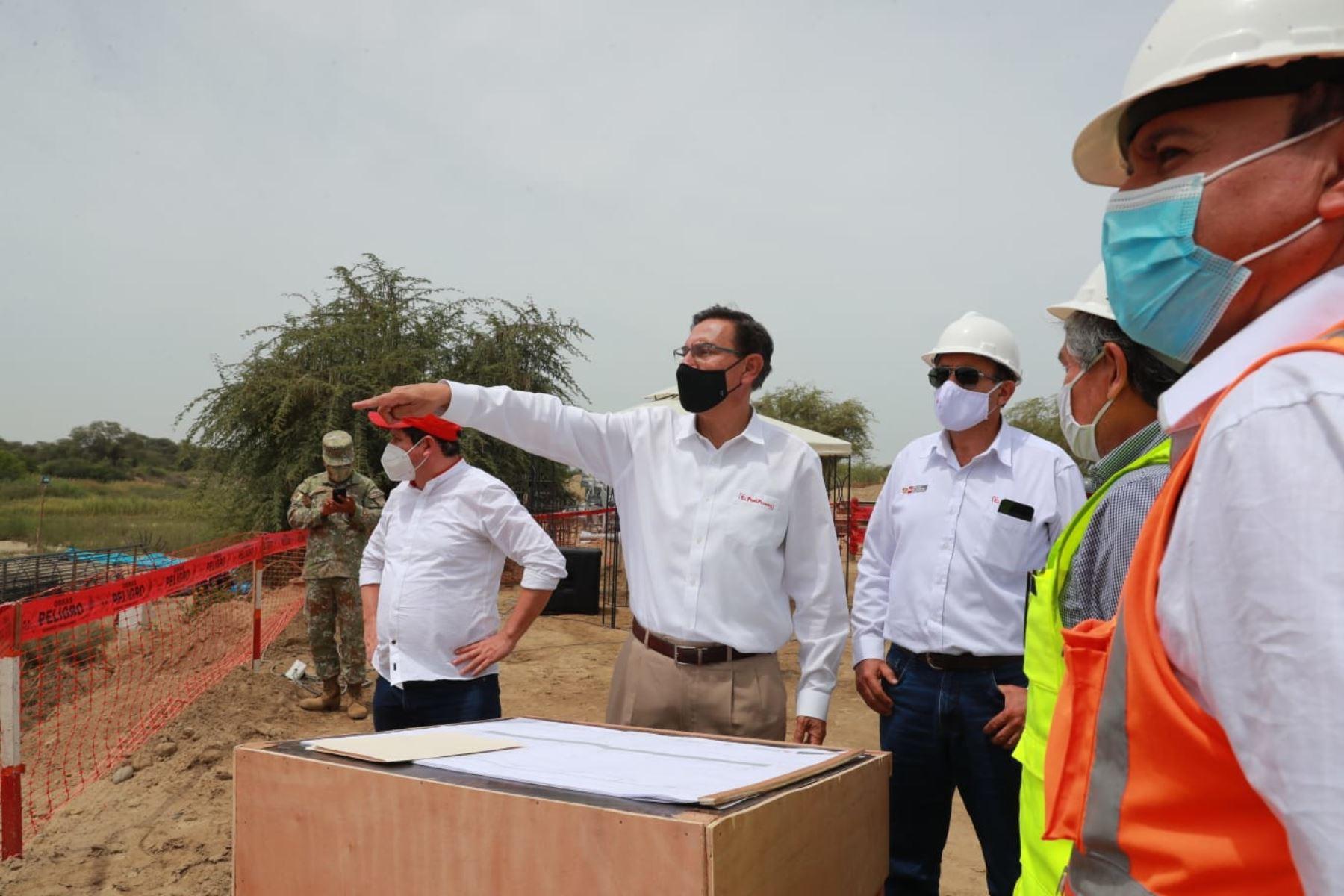 El presidente Martin Vizcarra, supervisa el avance de obras del Puente Grau de Piura, infraestructura de moderno diseño que asegura el tránsito vehicular y el traslado de productos agrícolas a los mercados, incluso durante la temporada de lluvias.