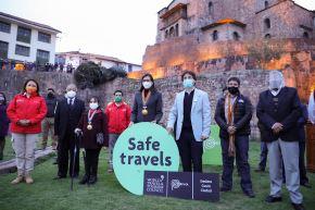 La ministra de Comercio Exterior y Turismo, Rocío Barrios, entregó el sello Safe Travels al gobernador y alcaldesa del Cusco. Foto: ANDINA/Difusión