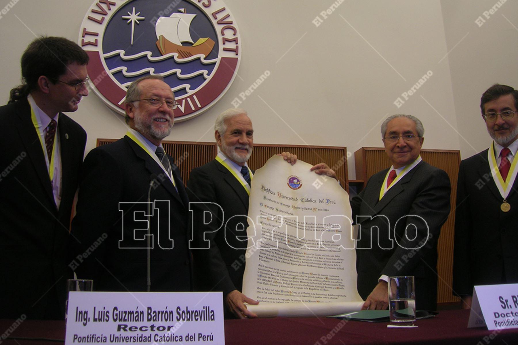 Lima - 25 agosto 2006 / La Pontificia Universidad Católica del Perú le otorgó el título de Doctor Honoris Causa al actor Ricardo Blume. Foto: Archivo Histórico de El Peruano