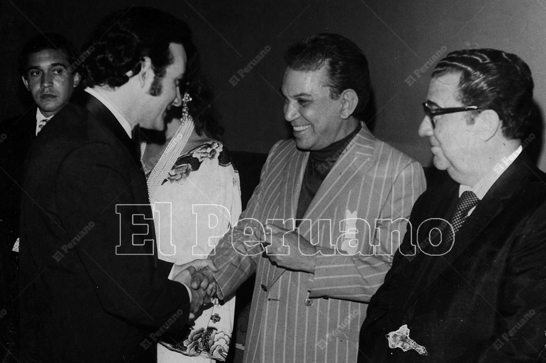 """Mexico - 15 marzo 1972 /El actor peruano Ricardo Blume saluda a Mario Moreno """"Cantinflas"""" durante el Festival del Cine Mexicano. Foto: Archivo Histórico de El Peruano"""