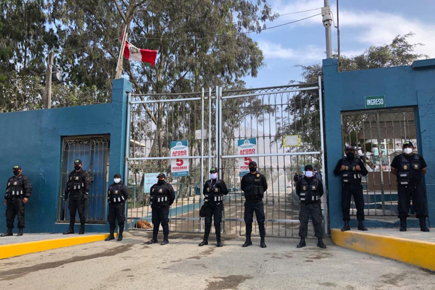 Personal policial y militar ya custodia exteriores de camposanto para evitar ingreso de visitantes. Foto: ANDINA/Difusión