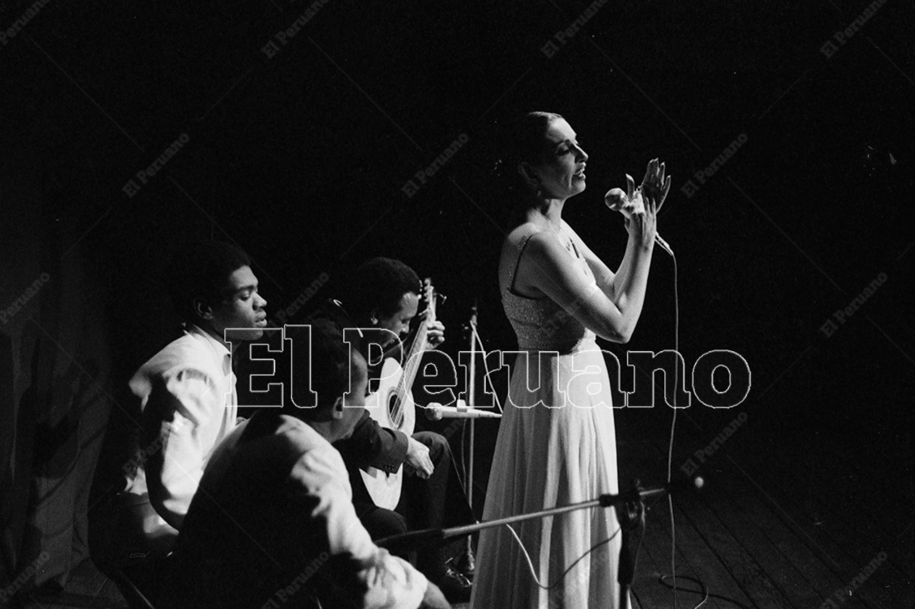Lima - 2 agosto 1977. La consagrada cantante Alicia Maguiña durante un recital en el Teatro La Cabaña. Foto: Archivo Histórico de El Peruano / Leoncio Mariscal
