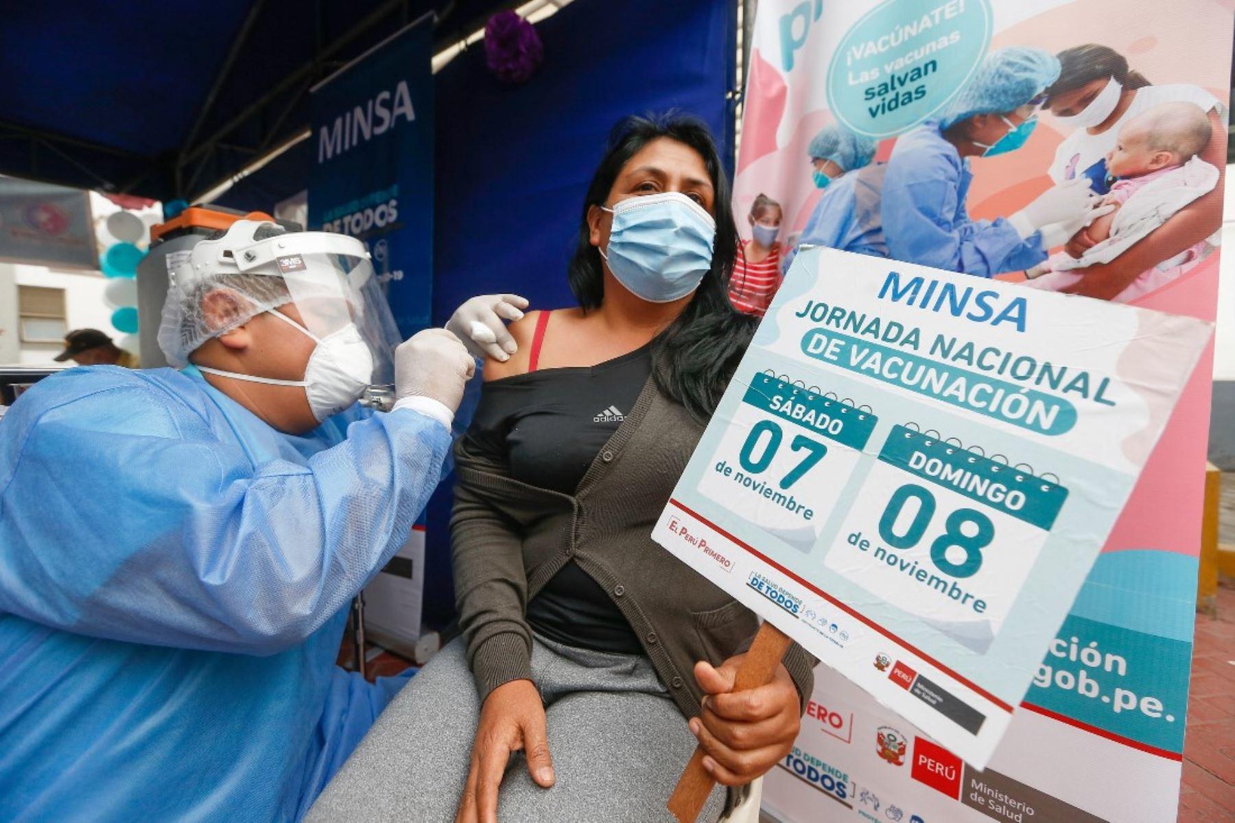 Vacunan contra la difteria a pacientes y trabajadores del Instituto Materno Perinatal. Foto: ANDINA/Difusión.