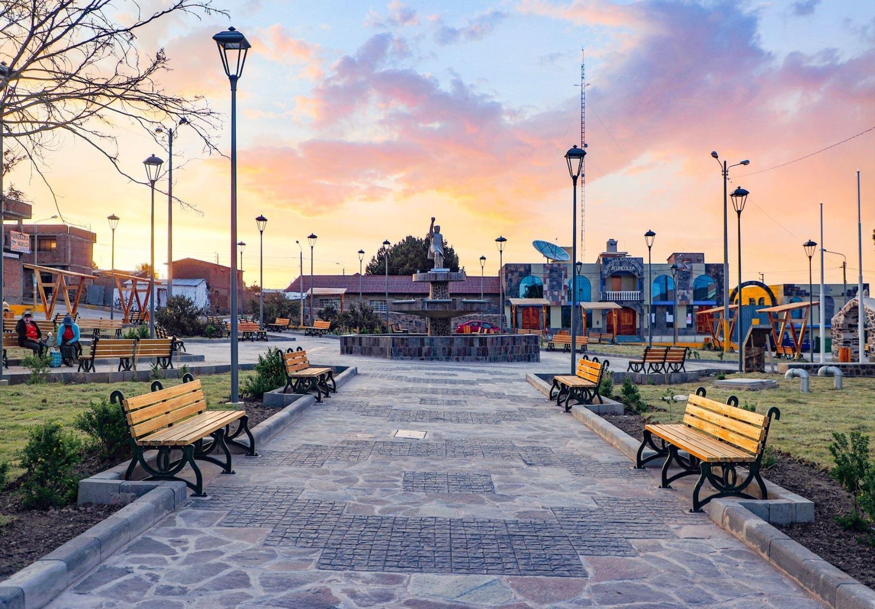 Así luce ahora la hermosa plaza de Armas de Atuncolla que, junto a otras calles del distrito, fue remozada por el Plan Copesco y ahora este importante destino turístico de Puno espera el retorno de los visitantes. ANDINA/Difusión