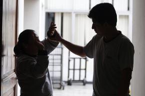 Para la psicóloga de la PUCP Tesania Velázquez, las chicas son víctimas del control violento de sus parejas desde muy jóvenes, por lo que considera abordar desde la niñez temas como el respeto entre las personas, la discriminación de género, relaciones saludables y tóxicas. Foto: ANDINA/Archivio