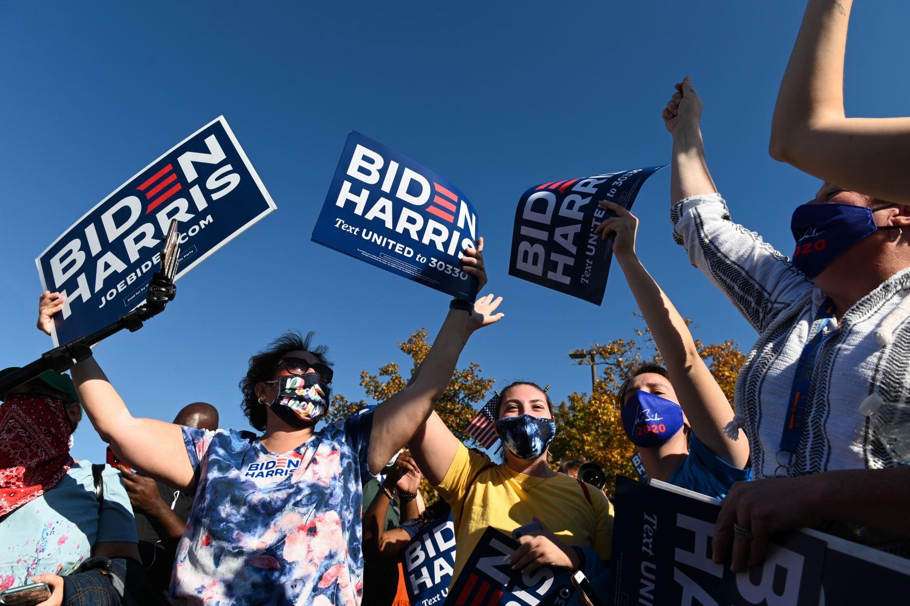 La gente celebra frente a la Casa Blanca en Washington, DC el 7 de noviembre de 2020, después de que Joe Biden fuera declarado ganador de las elecciones presidenciales de 2020. Foto: AFP