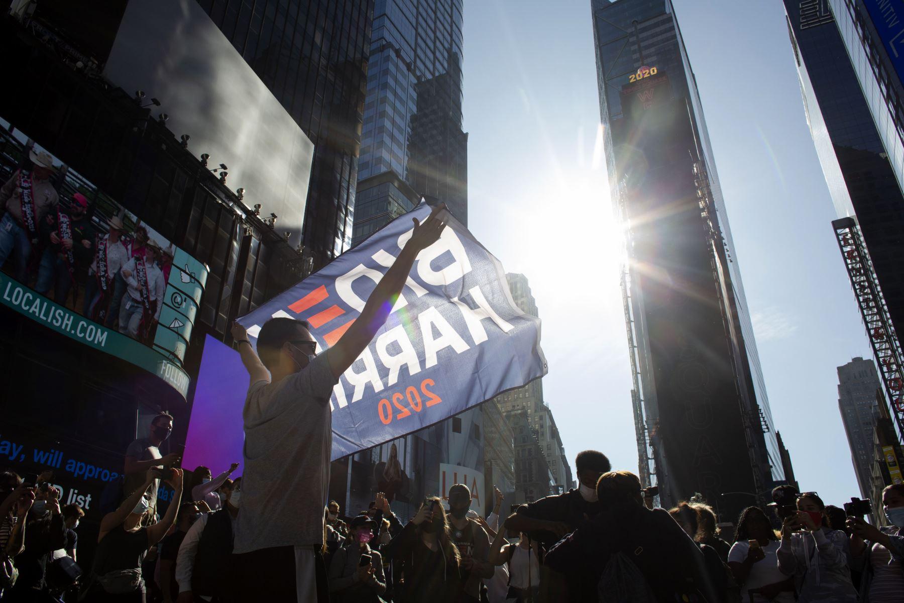La gente celebra en Nueva York, después de que Joe Biden fuera declarado ganador de las elecciones presidenciales de 2020. Foto: AFP