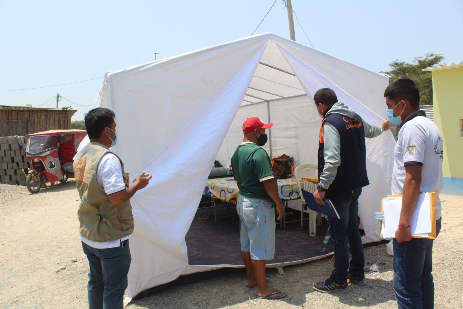 Familias afectadas por un incendio en Mórrope son alojadas en carpas provistas por el COER Lambayeque. Foto: ANDINA/Difusión