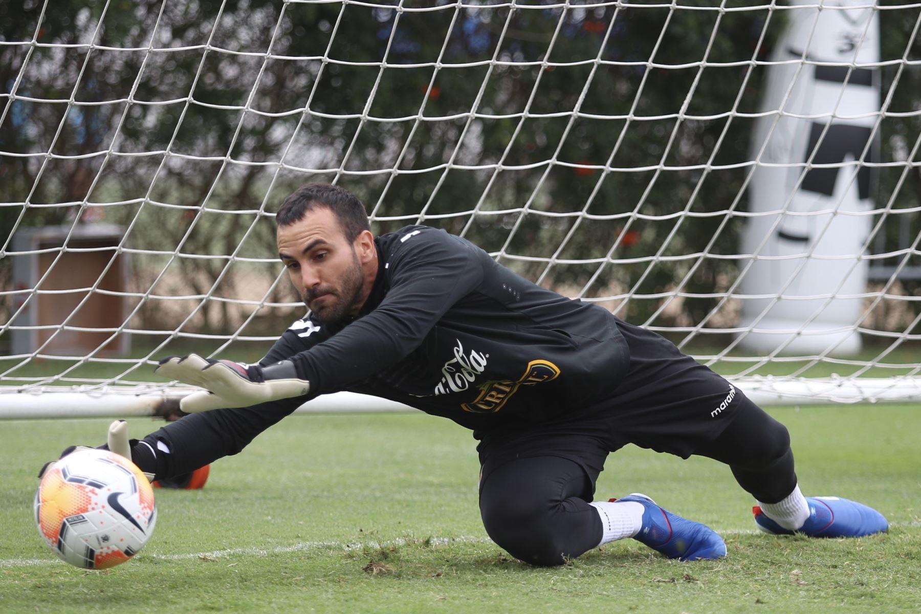 José Carvallo, durante el entrenamiento de la selección Peruana. Foto: FPF