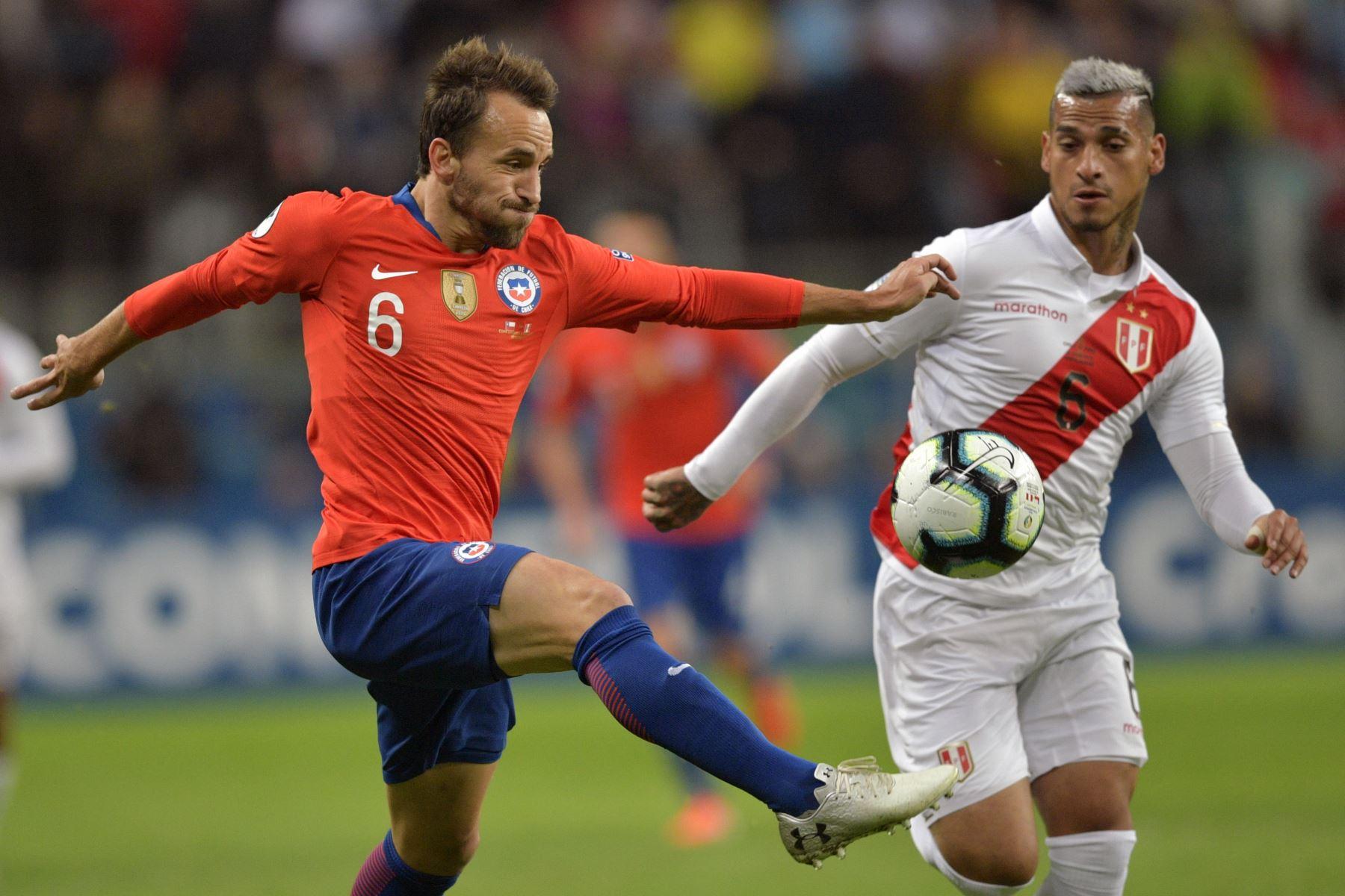 El chileno José Pedro Fuenzalida  y el peruano Miguel Trauco compiten por el balón durante la semifinal del torneo de fútbol de la Copa América en el Gremio Arena de Porto Alegre, Brasil, el 3 de julio de 2019.