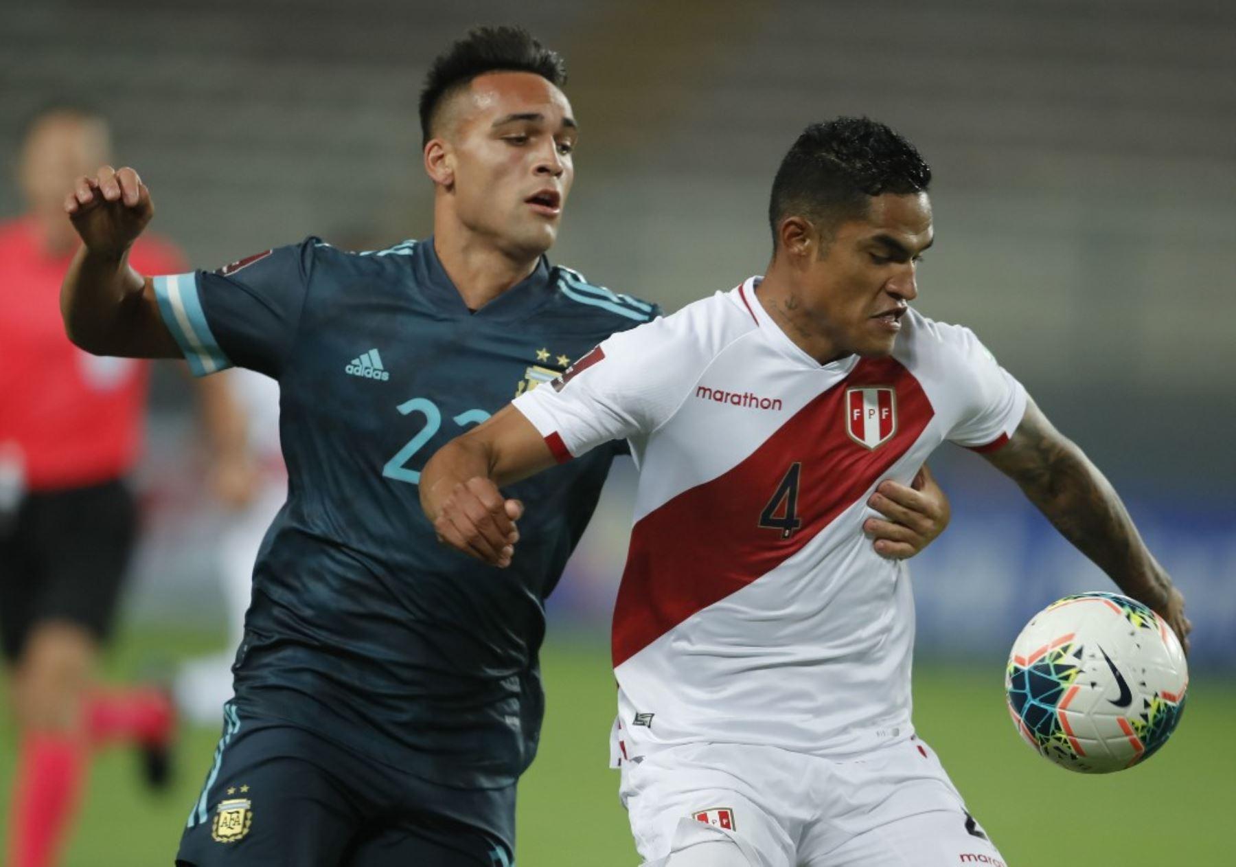 El argentino Lautaro Martínez y el peruano Anderson Santamaría compiten por el balón durante su partido de fútbol a puerta cerrada clasificatorio sudamericano para la Copa Mundial de la FIFA 2022 en el Estadio Nacional de Lima. Foto: AFP