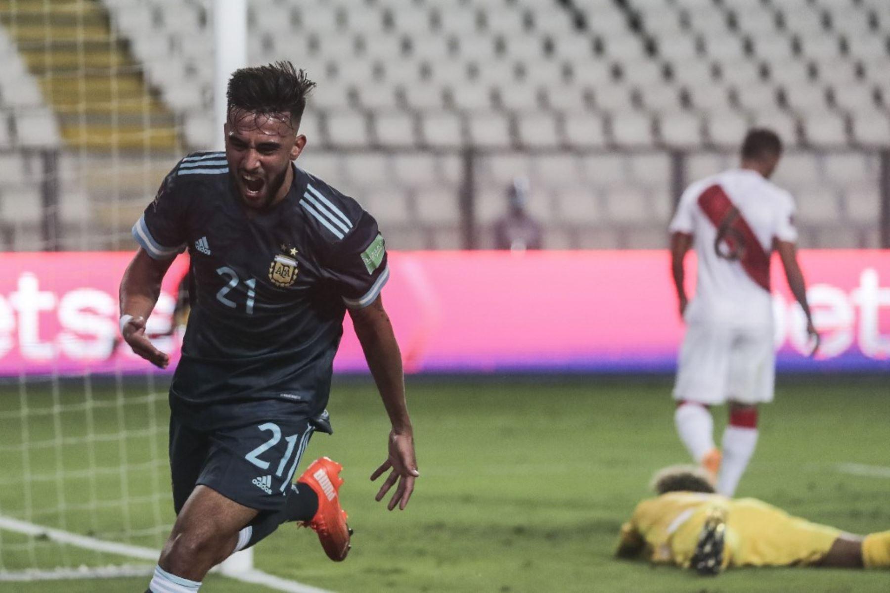 El argentino Nicolás González celebra tras anotar contra Perú durante el partido de fútbol a puertas cerradas clasificatorio sudamericano para la Copa Mundial de la FIFA 2022 en el Estadio Nacional de Lima. Foto: AFP