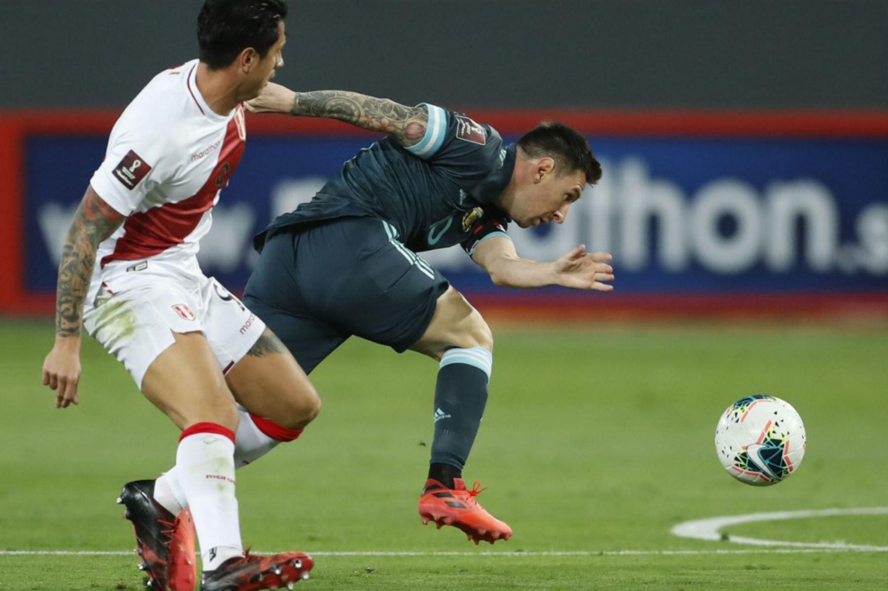 El argentino Lionel Messi  y el peruano Gianluca Lapadula compiten por el balón durante su partido de fútbol a puerta cerrada clasificatorio sudamericano para la Copa Mundial de la FIFA 2022 en el Estadio Nacional. Foto. AFP