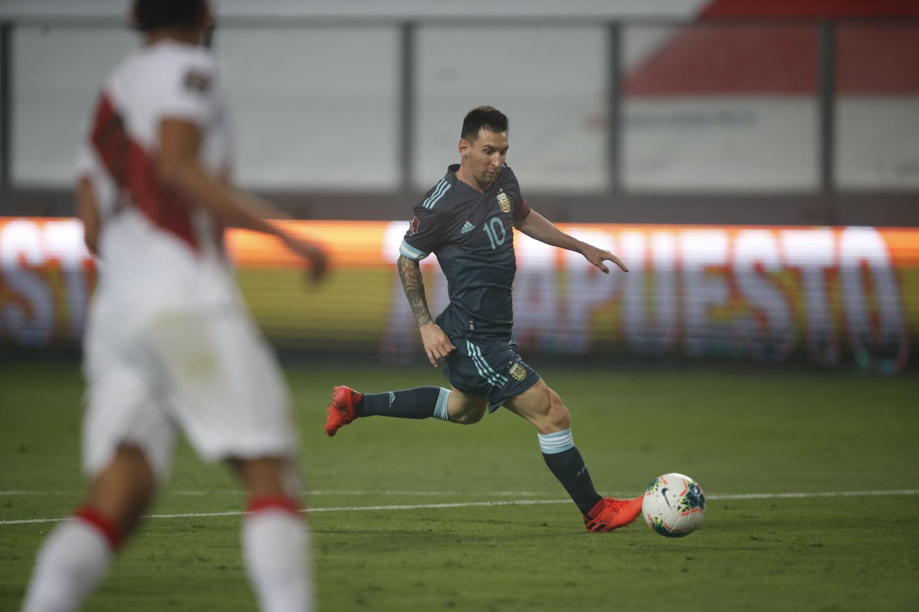 Lionel Messi domina el balón. Argentina derrota 2 a 0 a la selección de Perú.  Foto: Pool FPF
