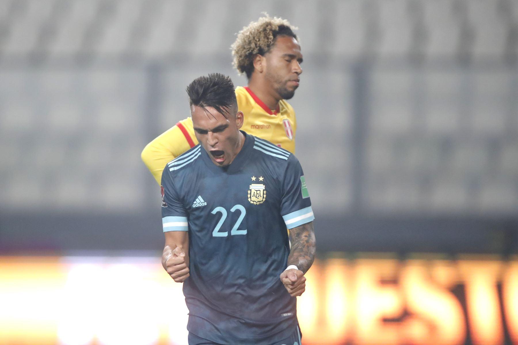 Lautaro Martinez celebra el segundo tanto. Argentina derrota 2 a 0 a la selección de Perú.  Foto: Pool FPF