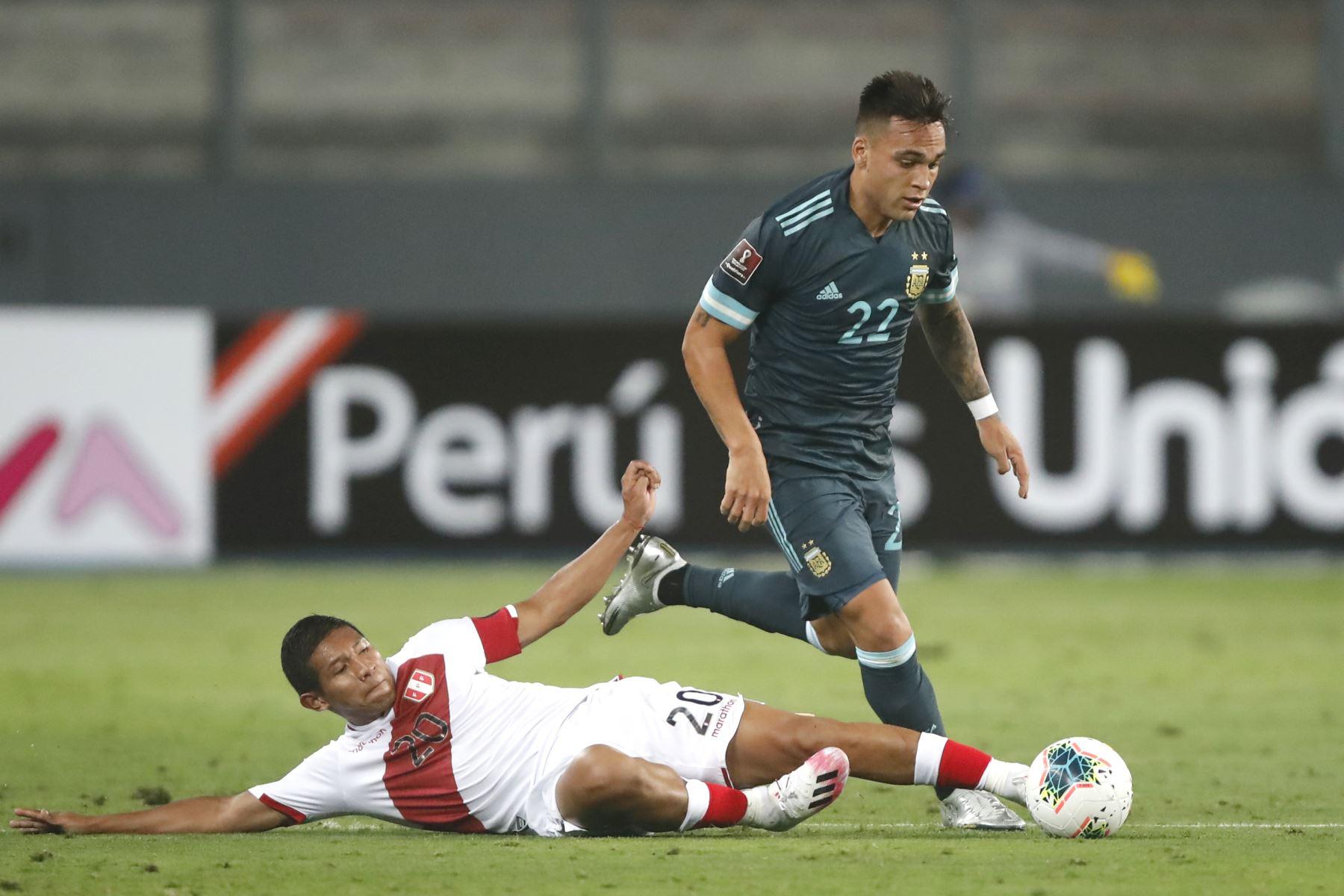 Edison Flores pelea por el balón. Argentina derrota 2 a 0 a la selección de Perú.  Foto: Pool FPF
