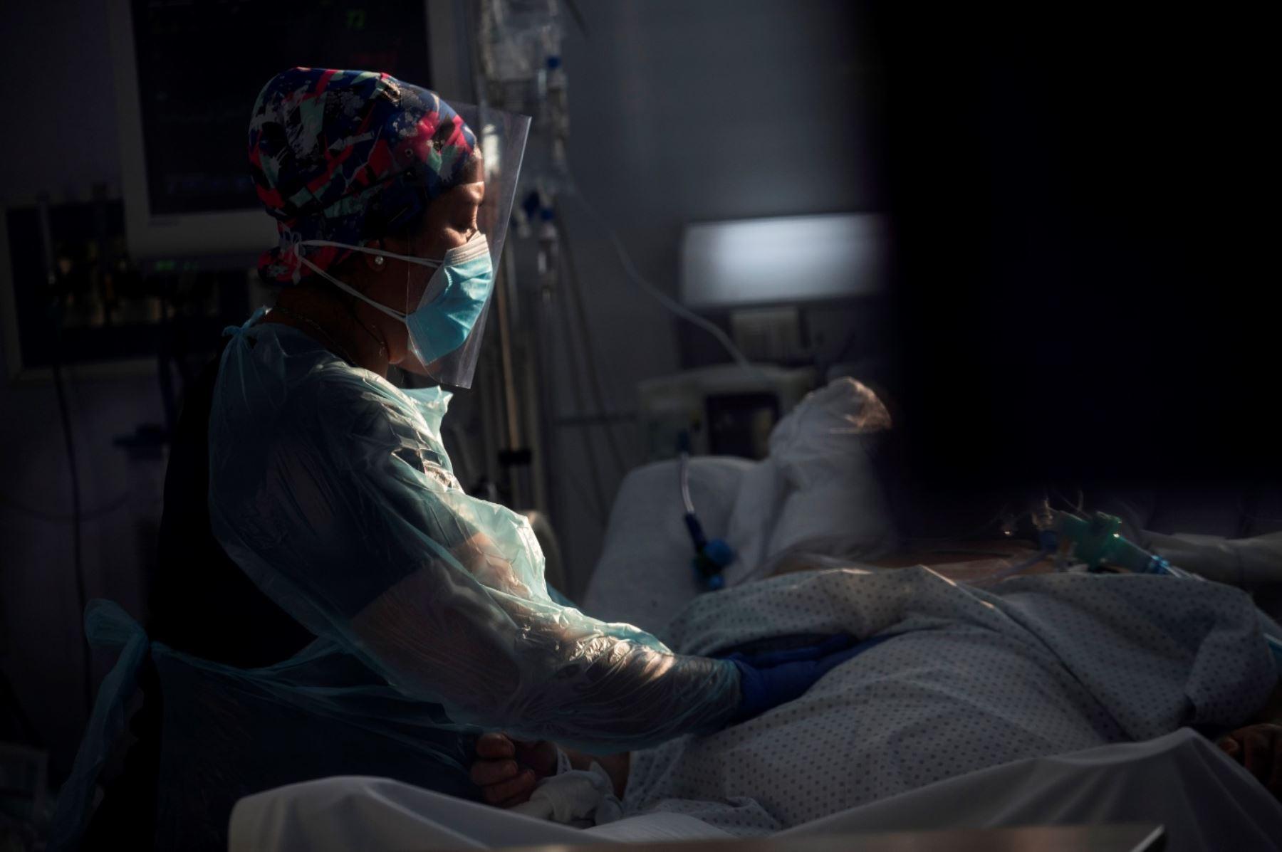 Personal sanitario atiende a un paciente afectado por la covid-19 en la Unidad de Cuidados Intensivos del Hospital Clínico de la Universidad de Chile, en Santiago (Chile). Foto: EFE