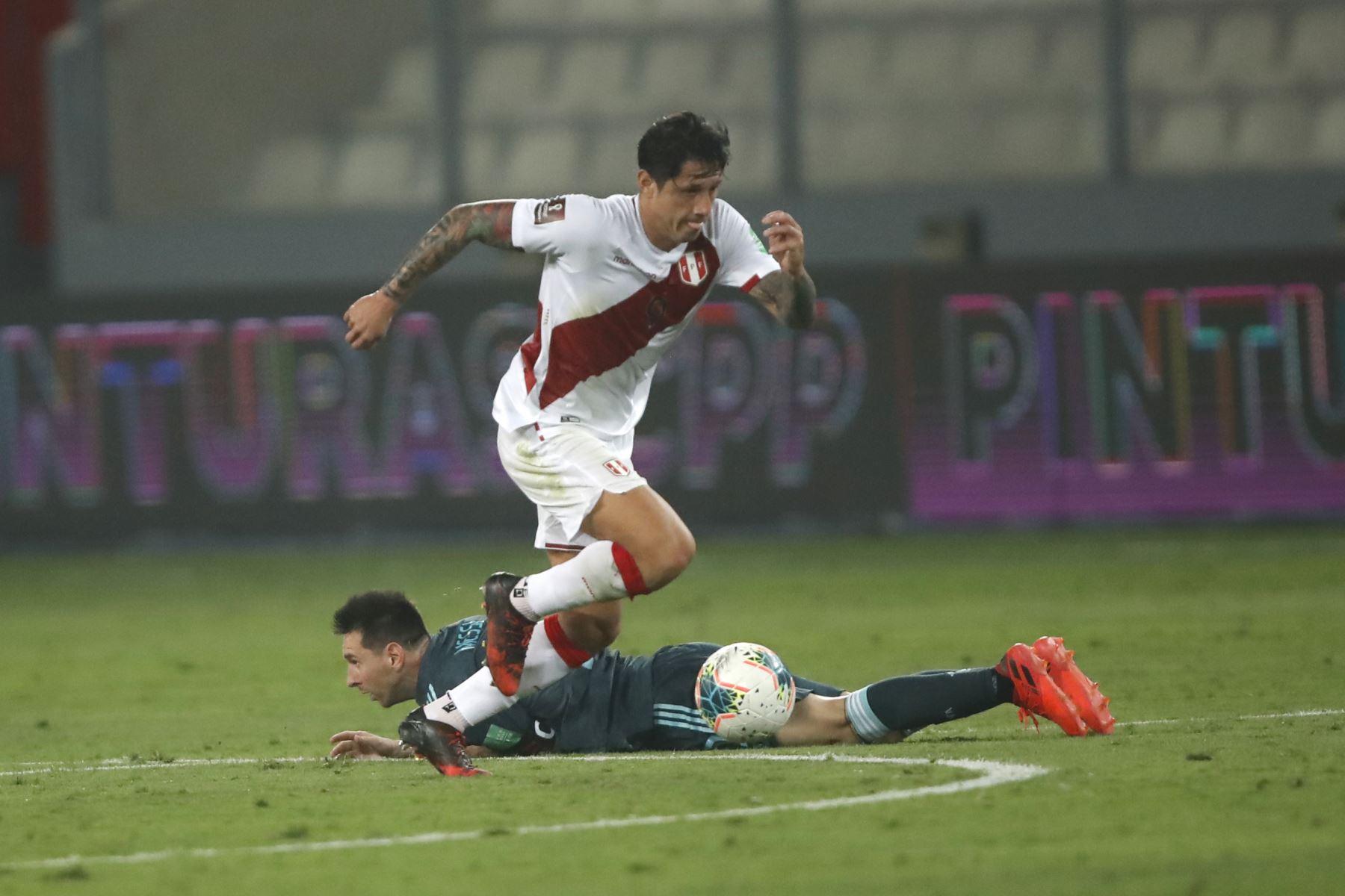 Gianluca Lapadula driblea a Lionel Messi. Perú cayó 2-0 ante Argentina en el Estadio Nacional de Lima por la fecha 4 de las eliminatorias rumbo a Qatar 2022. Foto: Pool FPF