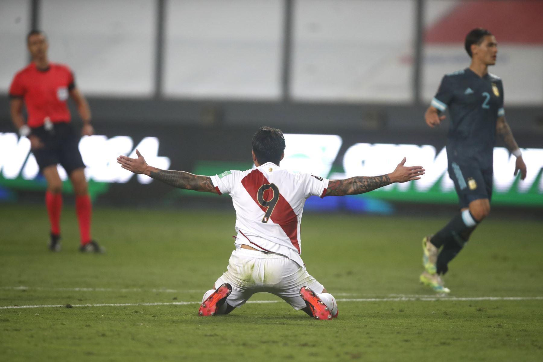 Gianluca Lapadula reclama ante la mirada del árbitro del encuentro tras la derrota de Perú  ante Argentina por 2 a 0 en el Estadio Nacional de Lima por la fecha 4 de las eliminatorias rumbo a Qatar 2022. Foto: Pool FPF