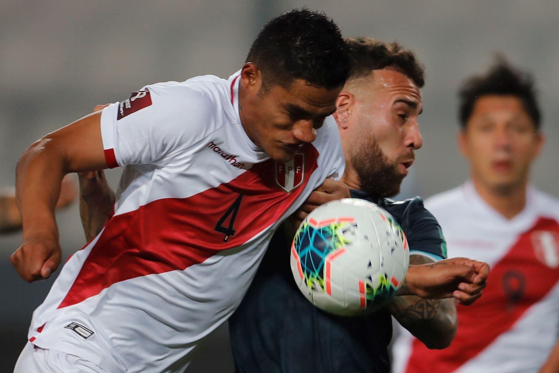 El peruano Anderson Santamaria en acción contra el argentino Nicolás Otamendi durante un partido por los Clasificatorios Sudamericanos al Mundial de Qatar 2022, en el Estadio Nacional de Lima. Foto: EFE