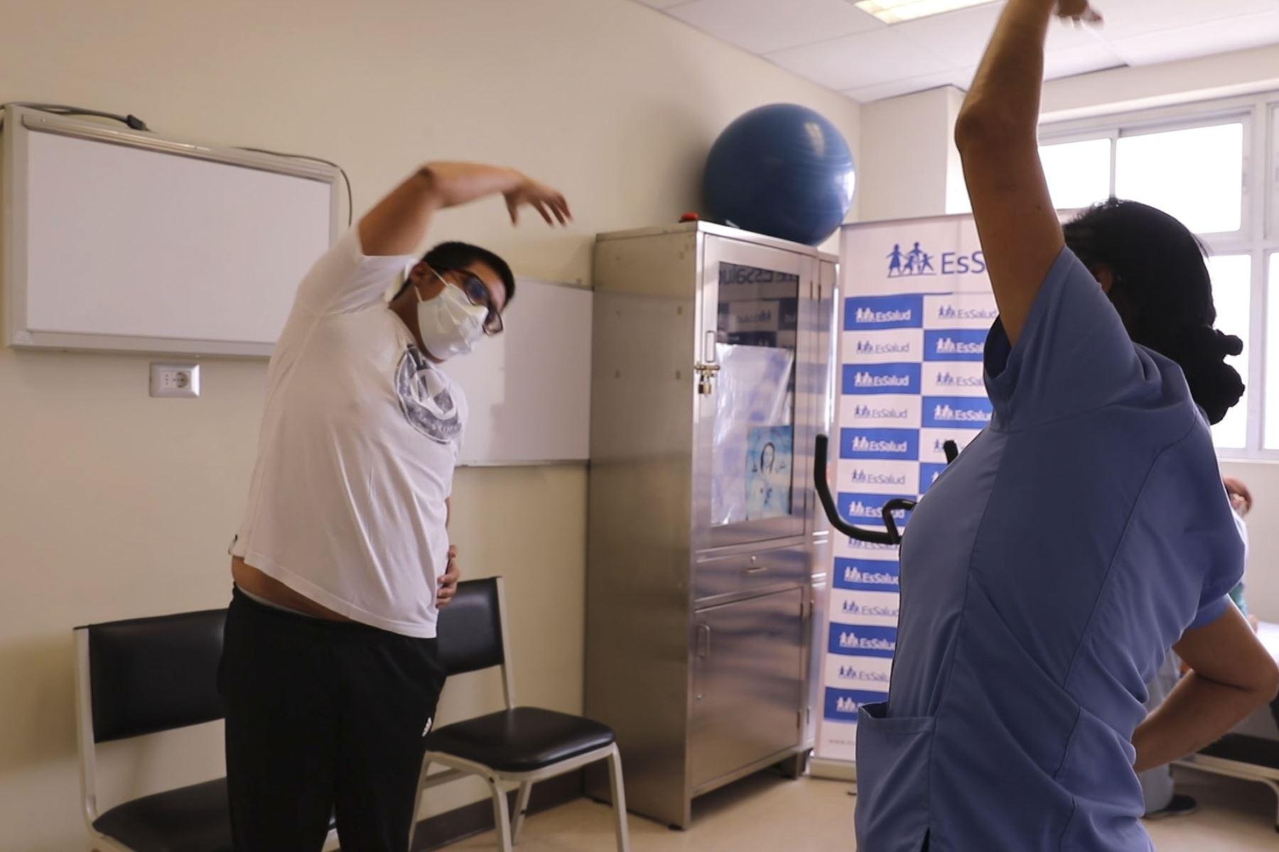 medicos-de-essalud-que-vencieron-el-covid-19-realizan-terapias-de-rehabilitacion